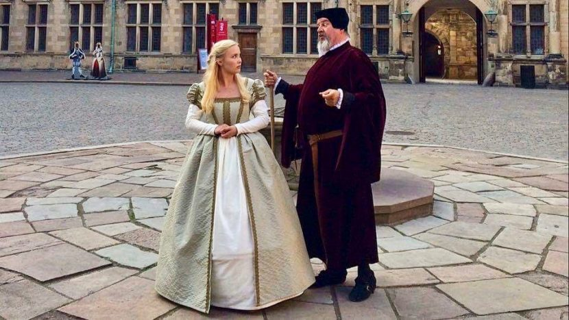 Ophelia and Polonius in the great courtyard
